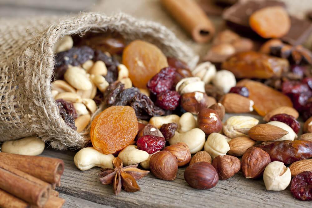 만성 두통에 좋은 자연 치유법_말린 과일과 견과류