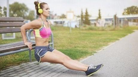 팔 근육을 강화하는 3가지 운동 루틴