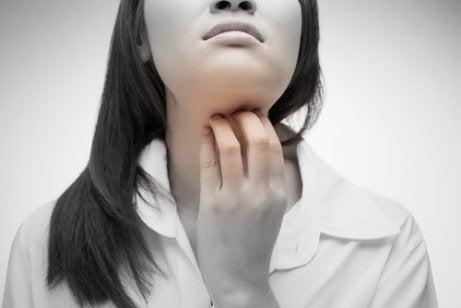 따끔거리는 목을 위한 4가지 천연 요법