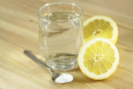 레몬, 소금, 설탕이 들어간 물