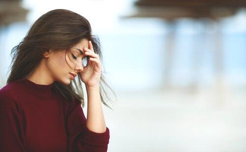 두통을 겪는 여자