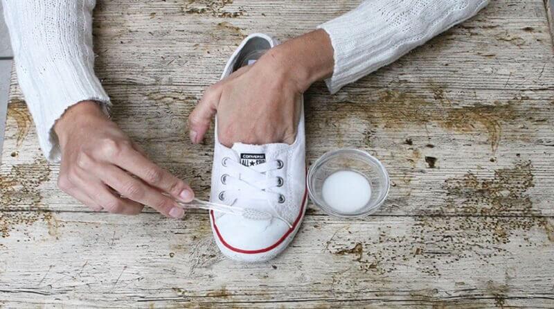신발 클리너 대용으로 사용할 수 있는 10가지 흥미로운 재료