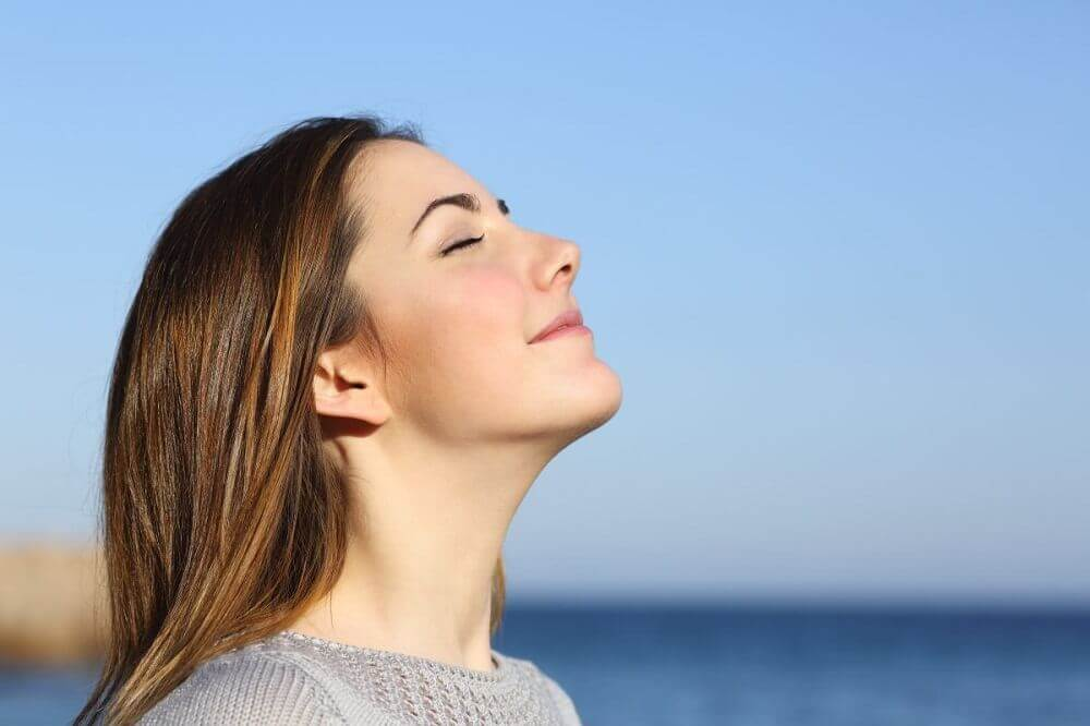 자연스럽게 활기를 되찾는 방법 햇빛을 즐기는 여성