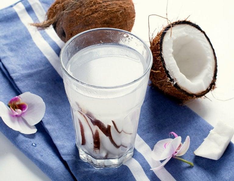 변비를 퇴치하는 천연 완화제 코코넛 워터