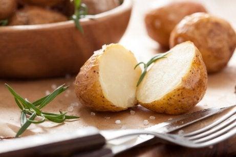 우메보시를 넣고 튀긴 감자