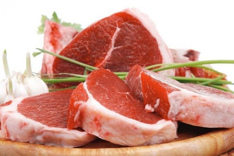 붉은 육류 자기 전에 피해야 할 10가지 음식