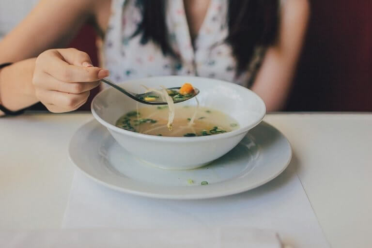 지방을 연소시키는 닭고기 수프