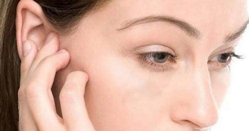 귀에서 물기를 제거하는 4가지 비법