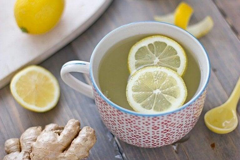 레몬 향이 나는 뜨거운 음료 마시기