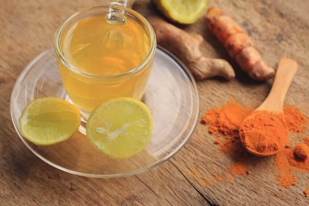 효과적으로 림프계를 해독하는 6가지 자연 요법 강황 레몬 차