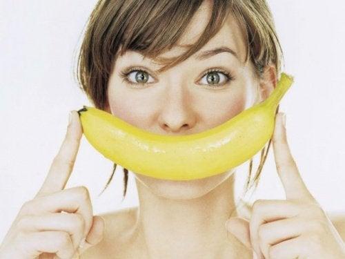 치아 미백에 도움이 되는 천연 재료 바나나
