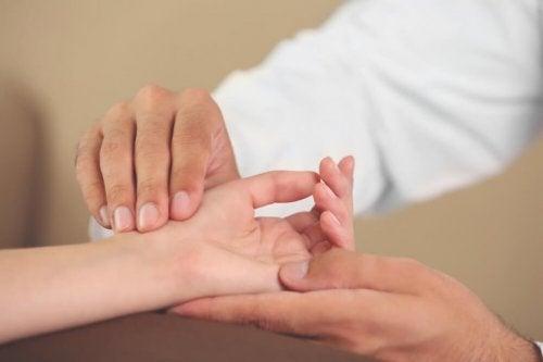 손 관련 증후군을 예방하기 위한 6가지 손 운동
