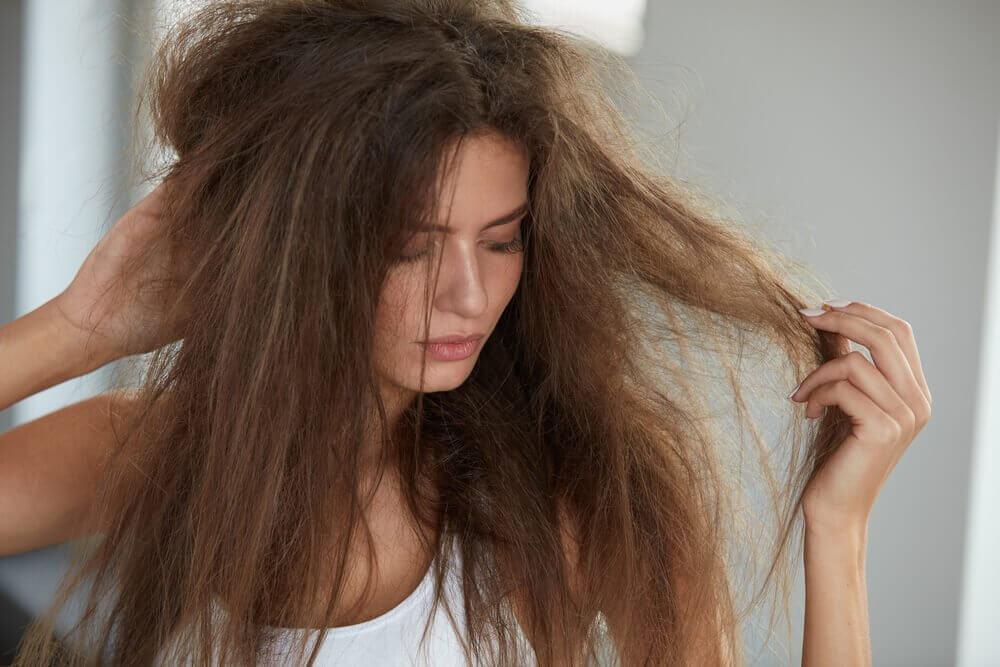 머리카락을 촉촉하게 수분을 공급하는 5가지 자연 요법