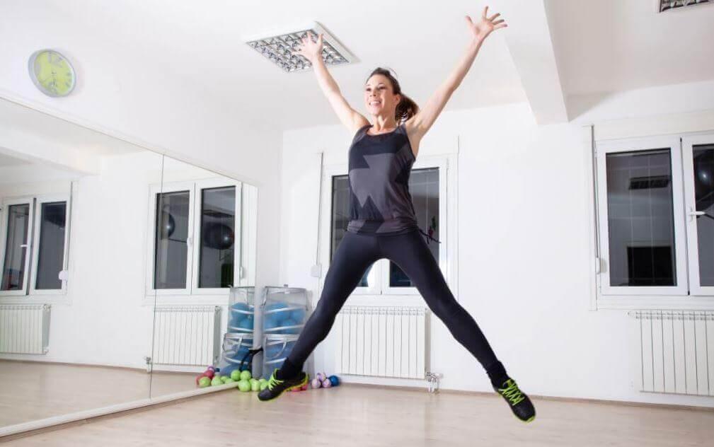 집에서 할 수 있는 유산소 운동 6가지 팔벌려 높이뛰기