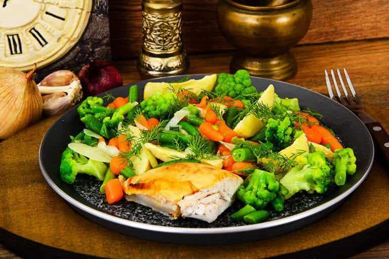 요리에 찐 채소를 곁들이는 2가지 방법