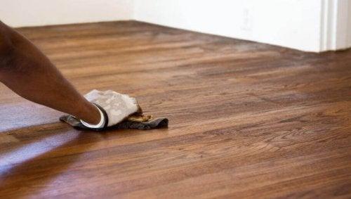 바닥에 생긴 스크래치를 쉽게 없애는 방법