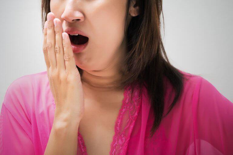 자연 재료로 입 냄새를 없애는 효과적인 방법