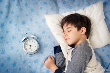아이들이 늦게 자는 것이 좋지 않은 4가지 이유