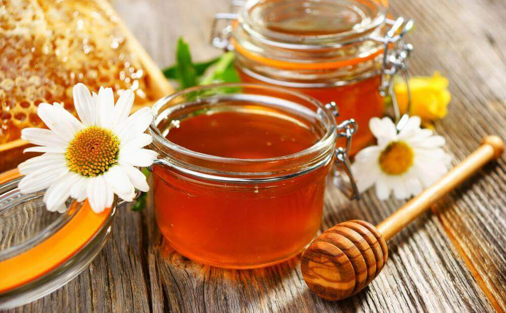 대머리를 방지하기 위한 3가지 자연 요법 꿀과 노른자