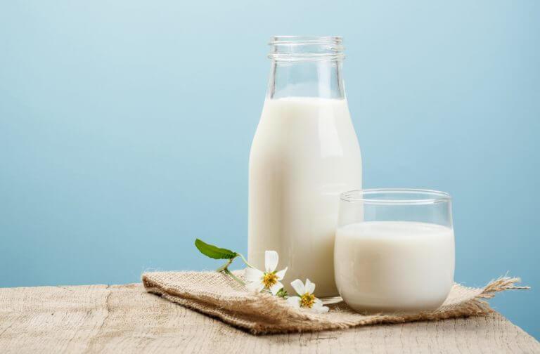 손등 기미를 옅게 하는 8가지 자연 치유법 우유