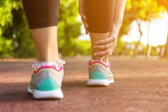 다리 부기를 완화하는 5가지 가정 요법