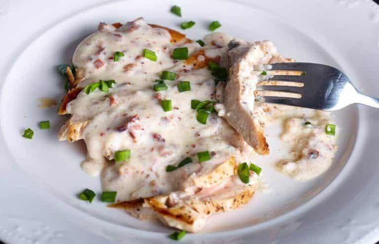 치즈 소스를 곁들인 맛있는 닭가슴살 요리