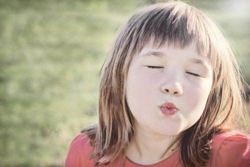 아이들에게 키스 인사를 강요하면 안 되는 이유