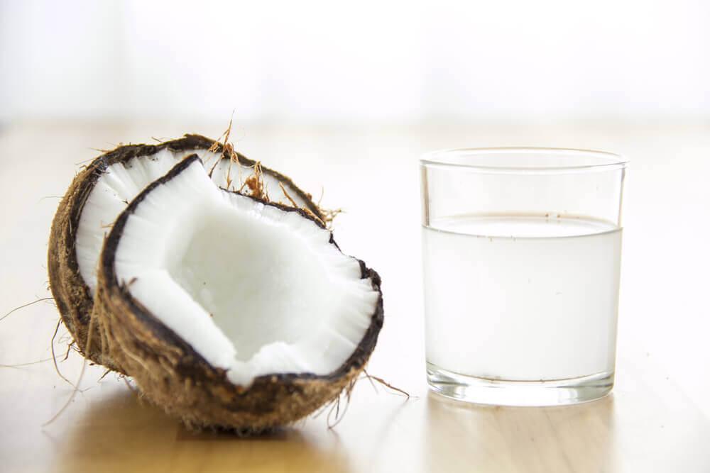 천연 요법으로 희고 깨끗한 겨드랑이를 만들자 코코넛오일