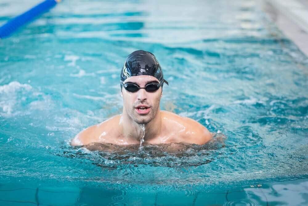 수영장에서 수영을 배우는 방법