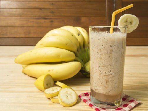 귀리 우유와 바나나 스무디를 만들어 보자.
