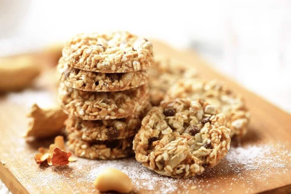 다이어트할 때 식욕을 잠재우기 위한 오트밀 아마씨 참깨 쿠키