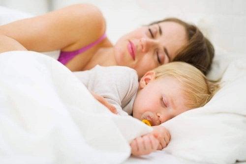 밤새 푹 잠에 빠지는 아기 숙면 교육법