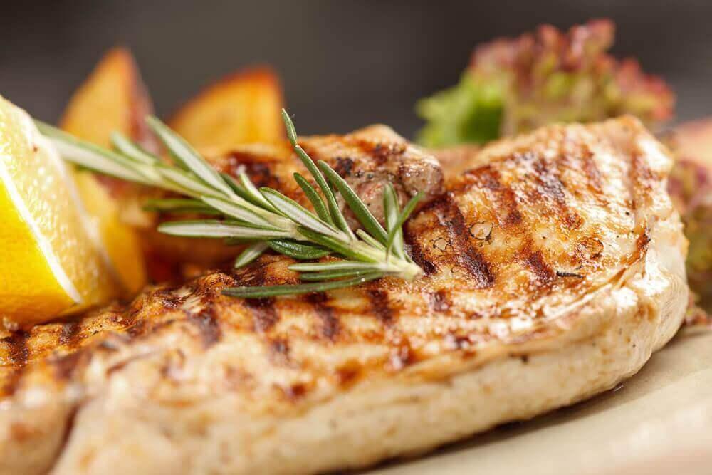 근육 윤곽을 드러내는 데 도움이 되는 7가지 음식