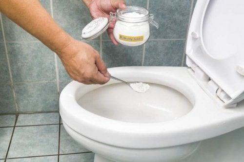 변기의 찌든 때를 제거하는 4가지 자연 요법