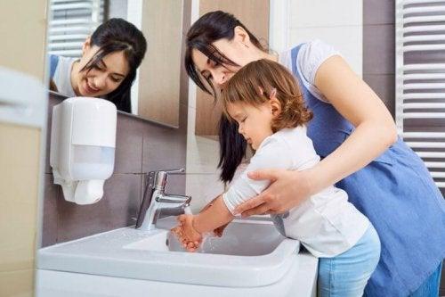 콕삭키 바이러스: 아이와 성인에게 감염되는 경로와 예방법