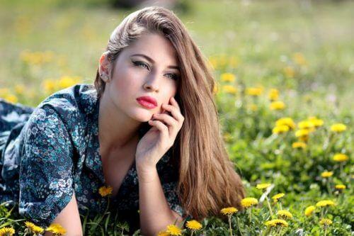 자연과 접촉 더 젊은 얼굴을 만드는 팁 9가지