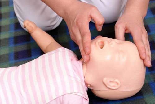 영아 심폐소생술을 시작하기 전에 주의할 점은?