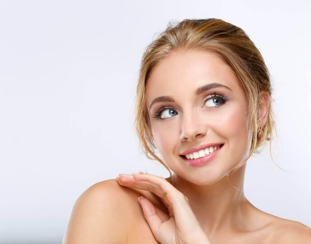 피부를 늙어 보이게 만드는 일상적인 행동 10가지