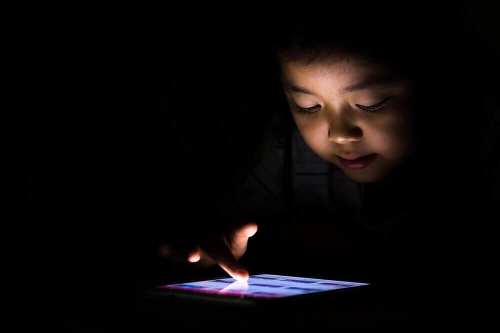 전자 기기에 중독된 아이
