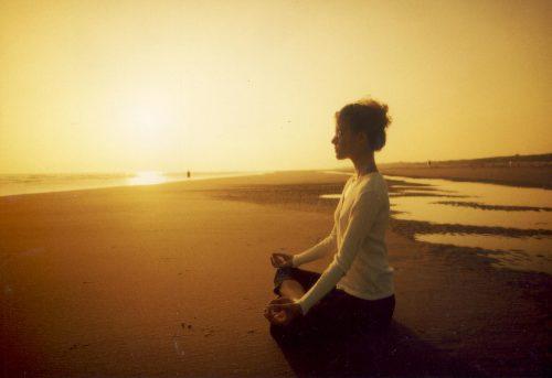 명상은 정신을 건강하고 맑게 유지하는 데 이롭다.