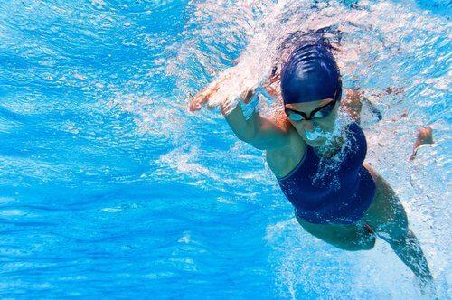 물 공포증을 극복하고 수영을 더 잘하는 방법