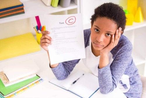 부부 싸움을 자주 목격하는 자녀들은 집중력과 주의력이 저하됨에 따라 학업 성적에 지장이 생길 수 있다.