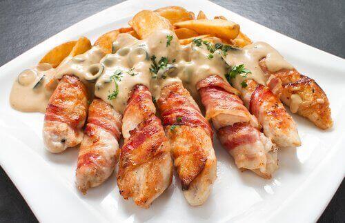 크림치즈와 마늘, 쪽파로 속을 채운 닭고기 요리