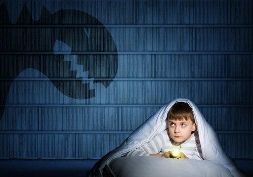 혼자 있는 것이 두려워 부모와 함께 자려는 아이가 있다.