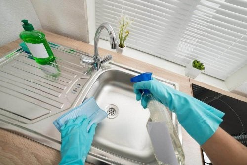 싱크대를 청소하고 소독하는 6가지 방법