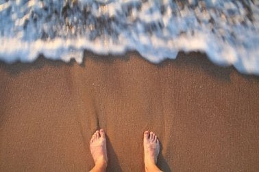 바다에서 안전하게 수영하려면 수영 교습을 미리 듣는 것이 매우 중요하다.
