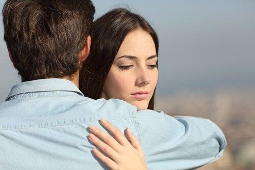 관계를 지키기 위해 배우자의 바람을 모른 체 해야 할까?