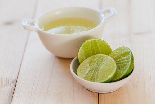 레몬주스는 비타민C와 항산화 물질이 풍부하여, 나쁜 콜레스테롤(LDL) 수치를 낮추고 체중 감량 효과를 촉진하는 훌륭한 식품이다.