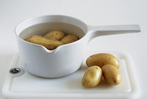 감자에 들어있는 녹말은 속쓰림을 해소하는 데 도움을 준다.