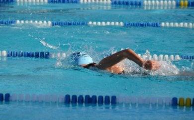 수영 교습을 들으면 수영 자세와 몸의 정렬을 강사로부터 교정받을 수 있다.